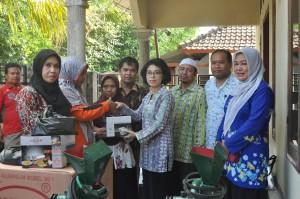 Bantuan mesin pengolahan hasil Kelompok Kreatif, Dusun Kayu Putik, Desa Tempos, Gerung 22-5-2015  (16)