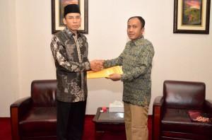 Poto2 dok. penyerahan SK Plt Bupati Lobar oleh Gubernur ke  wabup Lobar H. Fauzan Khalid (4)