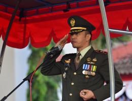 Dandim 1606 Lobar, Letkol Inf. Djarot Sunarso, S.IP bertindak sebagai Irup pada penurunan bendera HUT RI ke 70 Senin sore kemarin di lapangan Kantor Bupati Lobar
