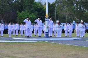 Detik-detik penurunan bendera HUT RI ke 70 di halaman Kantor Bupati Lobar Senin kemarin (1)