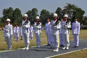 Para pasukan Paskibraka Lobar saat detik-detik pengibaran bendera merah putih HT RI 70 di lapangan kantor Bupati Lobar, Senin pagi kemarin