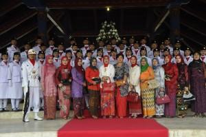 Pasukan paskibraka Lobar poto bersama dengan Ketua GOW Lobar Hj. Khairatun Fauzan Khalid dan anggota organisasi wanita lainnya