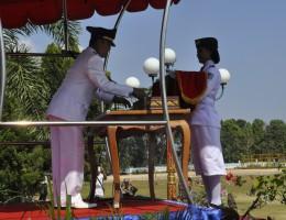 Plt. Bupati Lobar H. Fauzan Khalid menhyerahkan duplikat bendera pusaka merah putih kepada salah seorang peserta Paskibraka  saat peringatan detik-detik proklamasi HUT RI ke 70 Senin pagi kemarin (2)
