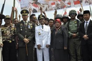 Plt. Bupati Lobar, Ketua DPRD Lobar Dandim 1606 poto bersama dengan pemeran drama kolosal perjuangan pahlawan Jendral Sudirman Senin pagi kemarin.