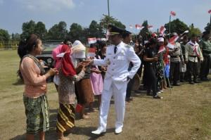 Plt. Bupati Lobar bersalaman dengan para pemeran drama kolosal perjuangan pahlawan Jendral Sudirman merebut kemerdekaan RI Senin pagi kemarin