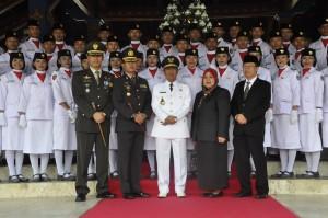 Plt. Bupati Lobar  dan anggota Muspida poto bersama dengan pasukan Paskibraka Lobar