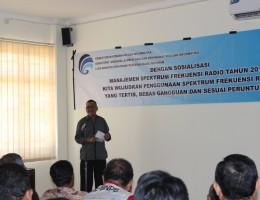 Sekda Lobar, Drs. H. Moh. Uzair ketika memberi sambutan pada Sosialisasi Manajment Spektrum Frekwensi Radio di Aula Dishubkominfo Lobar