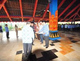 Sekda Lobar Drs.H. Moh. Uzair menyerahkan sertifikat prona bagi masyarakat dan instansi pemerintah disaksikan Kep. Kantor BPN Lobar, H. Lukman, SH, MH September tahun lalu.
