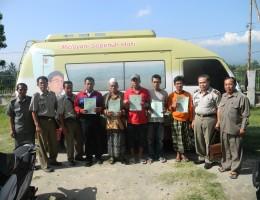 Warga masyarakat Lombok Barat menunjukkan ekspresi kegembiraannya setelah memperoleh sertifikat hak atas tanah miliknya dari BPN Lobar (1)