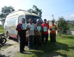Warga masyarakat Lombok Barat menunjukkan ekspresi kegembiraannya setelah memperoleh sertifikat hak atas tanah miliknya dari BPN Lobar (2)