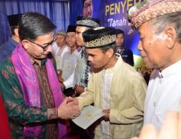 Penyerahan Secara Simbolis Sertipikat lahan tanah dan bangunan kepada Masyarakat NTB diwakili salah seorang penerima dari Lombok Barat oleh Menteri BPN,didampi Gubernur NTB, Plt. Bupati Lobar