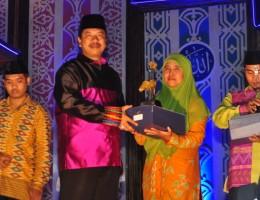 Walikota Bima HM. Qurais H. Abidin menhyerahkan piala kepada Mas'adatin S.Pd juara I Qiroat Wanita MTQ XXVI NTB di kota Bima