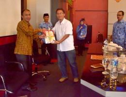 Penyerahan Dokumen Hasil Penelitian IPKM di Lobar oleh Ketua Tim Peneliti Kemenkes RI