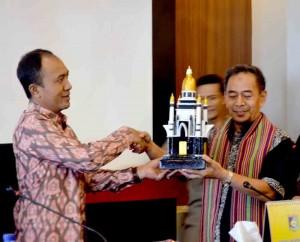 Plt. Bupati Lobar (kiri) menyerahkan cendramata berupa reflika Monumen Lombok Barat Bangkit ke Plt. Bupati Banjar Dr. Ir. H. Rachmad Kurdi, M.Si (kanan)