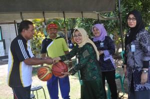 Guna mendukung kegiatan olahraga di SMKN 1 Gerung, Bank NTB Gerung memberikan bantuan dua buah bola basket dari Hj. Bq. Alwani Uzair ke Kasek SMKN 1 Gerung, Drs. Zainal Arifin, M.Pd