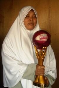 Foto Fitri Nugrahabingrum menunjukkan penghargaan She Can dari Trans Media
