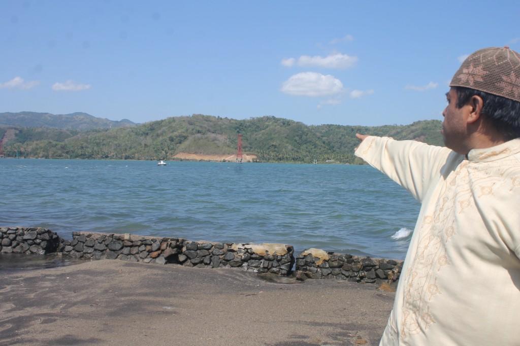 juru kunci makam keramat menunjukkan makam yang tenggelam     ditengah laut(1)