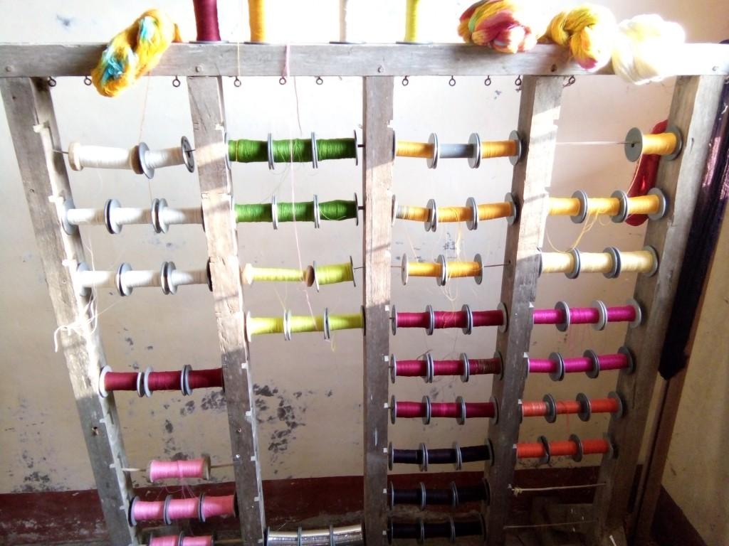 foto bahan baku benang yang dipakai penenun Gumise