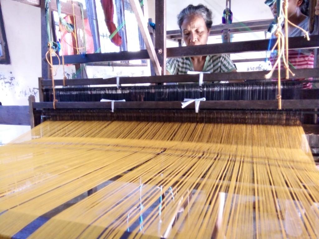foto perajin tengah menenun tenun ikat